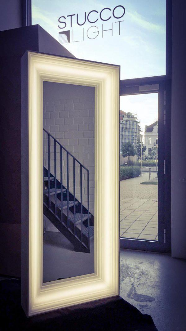 Spiegel mit leuchtendem Rahmen